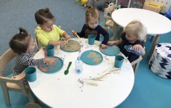 niepubliczny-zlobek-przedszkole-z-oddzialami-integracyjnym-w-nowym-saczu-tworzymy-butelki-sensoryczneeksperyment (4)